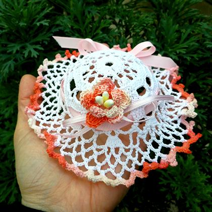 Bomboniera cappellino tondo con fiore uncinetto