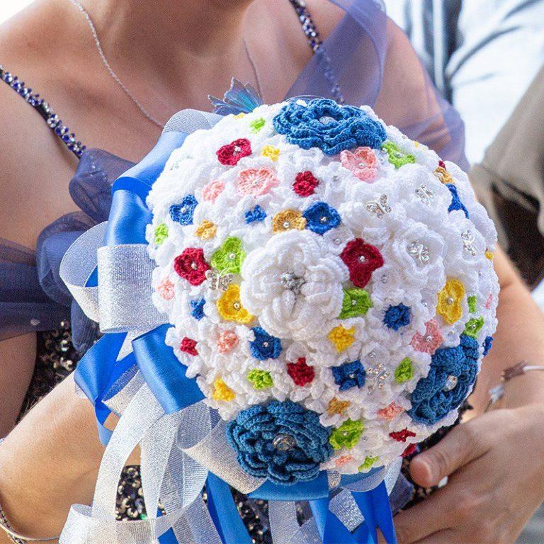 Bouquet all'uncinetto con fiorellini