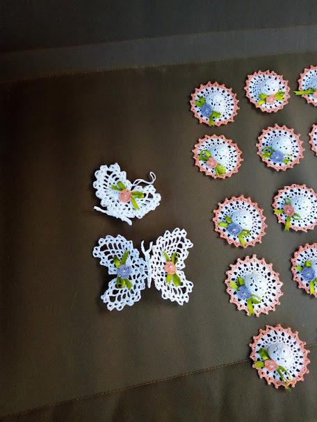 Piccoli cappellini bomboniera e farfalle grande inamidate
