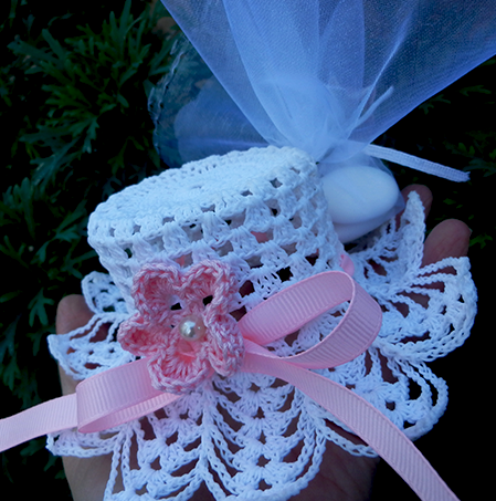 Cappelli a smerlo semplici bianchi con fiorellino colorato
